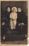 Mama între mama şi mătuşa ei, 1936