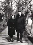 Mama şi tata pe o alee a unui parc timişorean