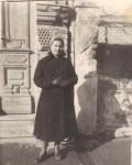 Mama, în faţa casei de pe Oltul 12